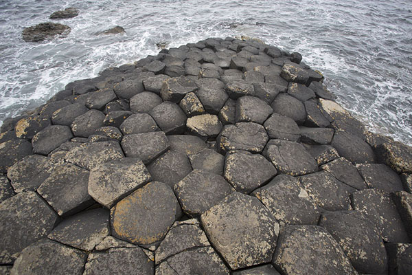 Photo de The Giant's Causeway disappears into the oceanChaussée des géants - le Royaume-Uni