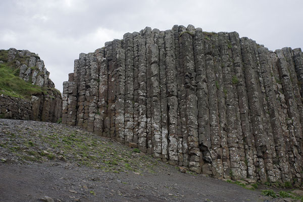 Foto di Tall basalt rocks stand at the beginning of the Giant's CausewaySelciato del gigante - Regno Unito