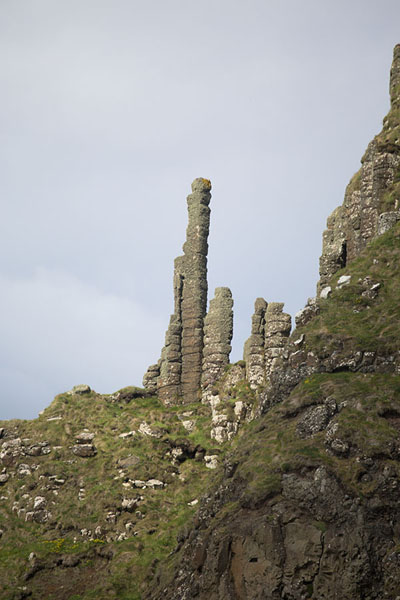 Foto de The Chimney, pillars of volcanic rock close to Lacada PointCalzada del gigante - Reino Unido