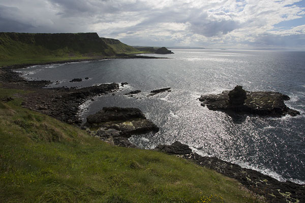 Foto de Looking out over the coastline of Northern Ireland at the Giant's CausewayCalzada del gigante - Reino Unido