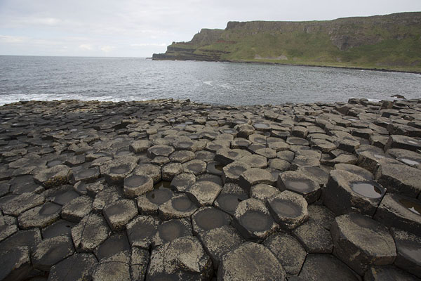 Foto van View of the second bay with basalt blocks in the foregroundGiant's Causeway - Verenigd Koninkrijk