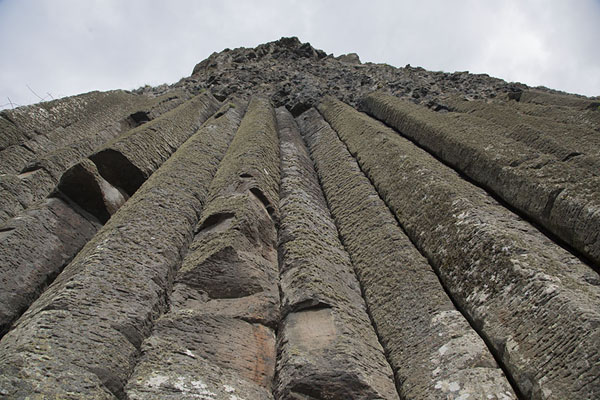 Foto van Looking up the Organ, a formation of volcanic rock with tall basalt blocksGiant's Causeway - Verenigd Koninkrijk