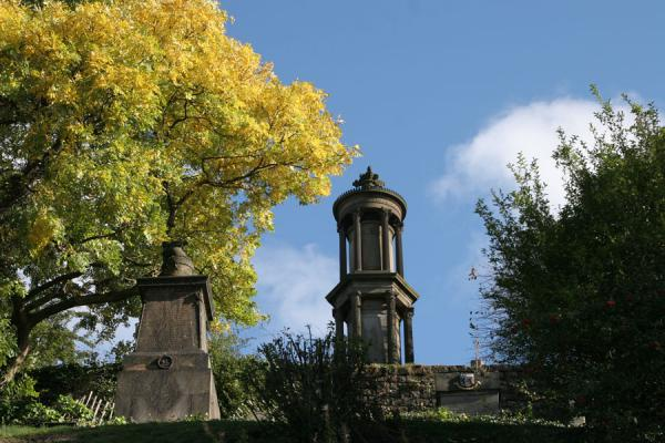 Foto van Tower of Glasgow Necropolis with colourful treesGlasgow - Verenigd Koninkrijk