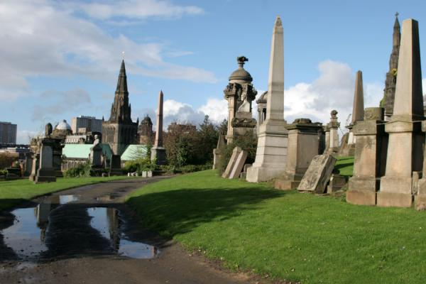 Foto van Tombstones, obelisk and spire of Glasgow CathedralGlasgow - Verenigd Koninkrijk