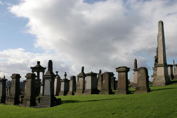 Foto di Obelisk and tombstones of Glasgow NecropolisGlasgow - Regno Unito