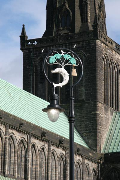 Foto van Close-up of Glasgow Cathedral with lantern in foregroundGlasgow - Verenigd Koninkrijk