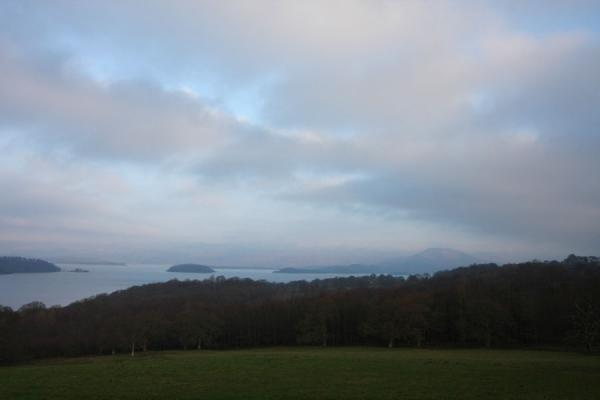 Photo de Pink clouds, islands and mountains: typical landscape at Loch LomondBalloch - le Royaume-Uni