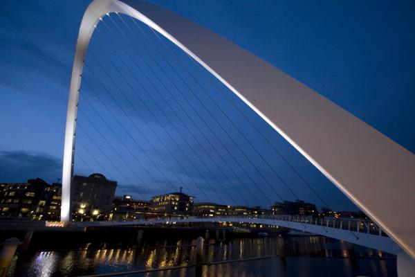 英国 (Gateshead Millennium Bridge at dusk)