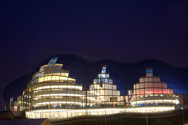 英国 (Sage Gateshead at night: view from across the Tyne river)