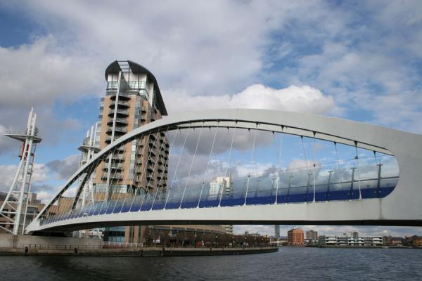 Picture of Salford Quays (United Kingdom): Footbridge linking Lowry with other side of the Manchester Ship Canal