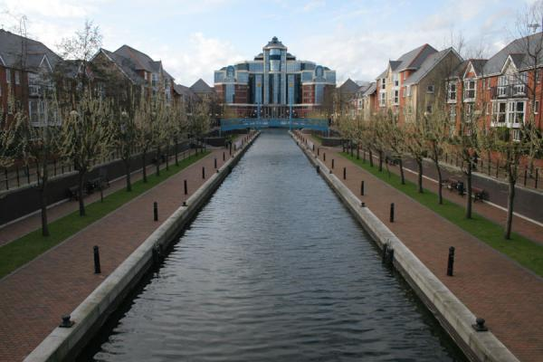 Foto de One of the canals in the Salford Quays residential areaSalford - Reino Unido