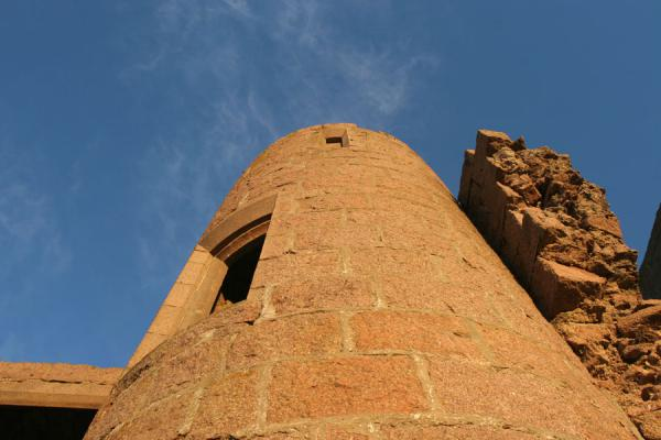 One of the towers of Slains Castle seen from below | Castello di Slains | Regno Unito