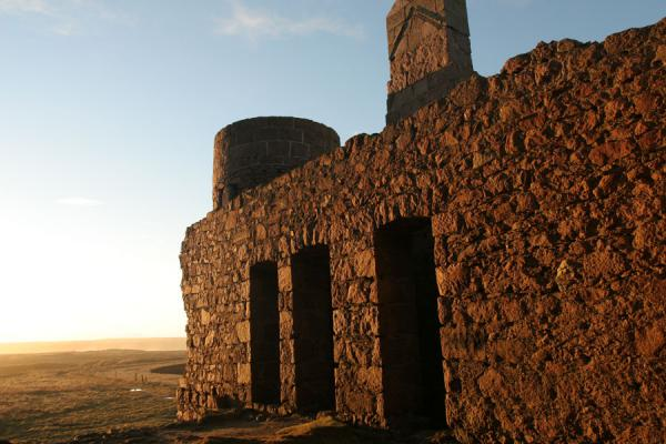 Magnificent wintery afternoon light falling on one of the walls of Slains Castle | Castello di Slains | Regno Unito