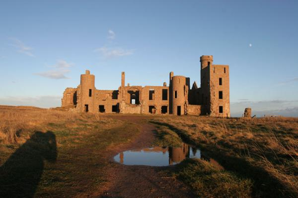 Slains Castle with reflection in a small pond | Castello di Slains | Regno Unito