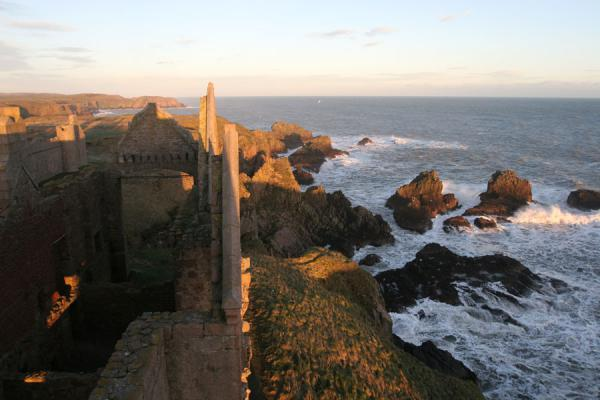 Walls of Slains Castle seen from the main tower | Castello di Slains | Regno Unito