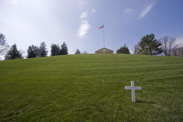 Cross marking the grave of Robert Kennedy with Arlington House on the top of the hill | Cementerio Nacional de Arlington | Estados Unidos