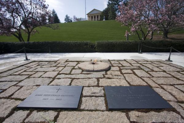 John F. Kennedy and Jacqueline Onassis side by side at Arlington | Cementerio Nacional de Arlington | Estados Unidos