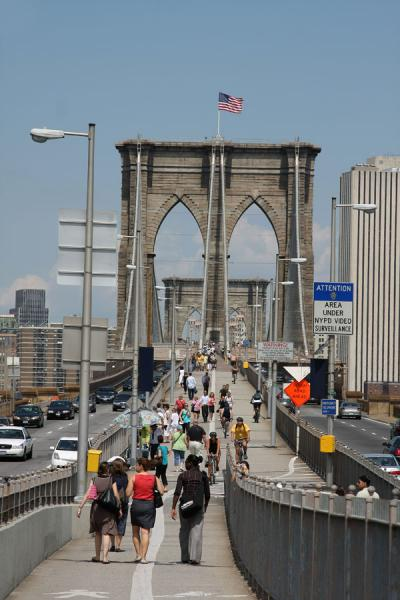 View towards Manhattan across Brooklyn Bridge | Pont Brooklyn | les Etats-Unis