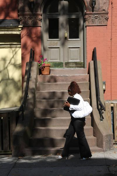 Foto van Woman passing by the entrance to a house in Brooklyn HeightsBrooklyn Heights - Verenigde Staten