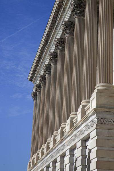 Row of columns on the south side of the US Capitol | Capitol Hill | Estados Unidos