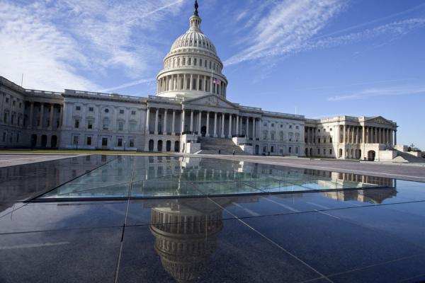 Foto de The US Capitol building reflected in glass and stoneWashington, DC - Estados Unidos