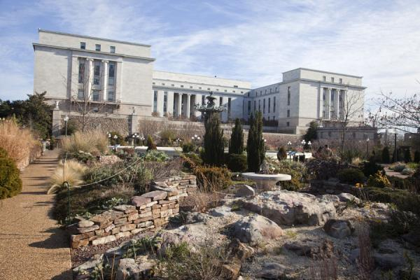 Bartholdi Park with the administrative building of the Botanic Garden in the background | Capitol Hill | Estados Unidos