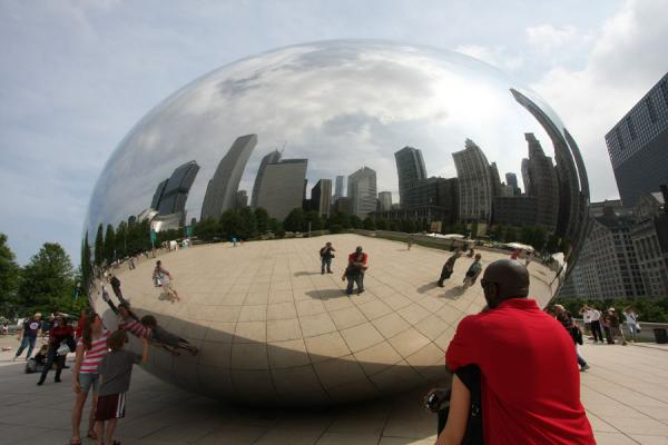 Having a look at the Chicago skyline reflected in the Bean | Chicago Millennium Park | U.S.A.