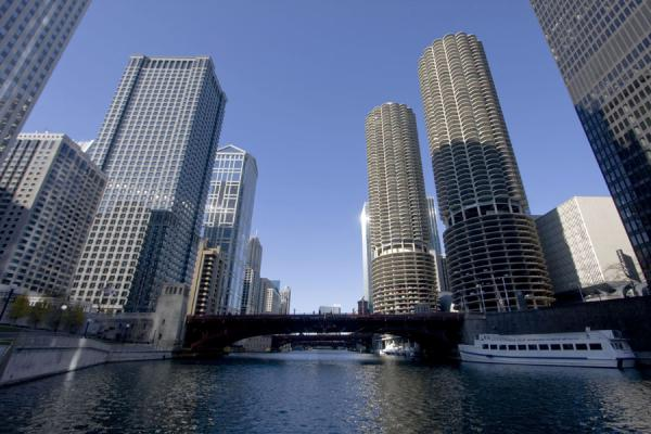 Marina Park, bridges and a boat | Chicago Riverwalk | U.S.A.