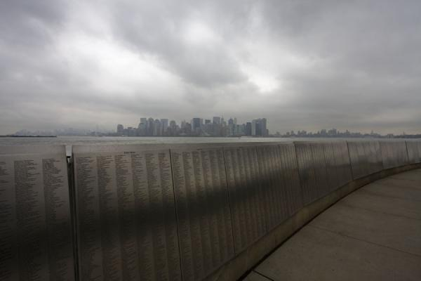 Foto van Skyline of Manhattan with the Wall of Honor in the foregroundNew York - Verenigde Staten