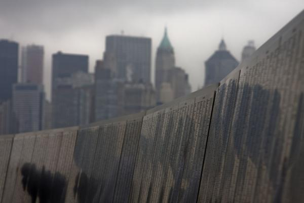 Foto van The American Immigrant Wall of Honor with Manhattan skylineNew York - Verenigde Staten