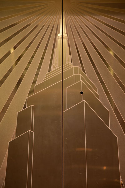 The Empire State Building depicted on an elevator door | Empire State Building | les Etats-Unis