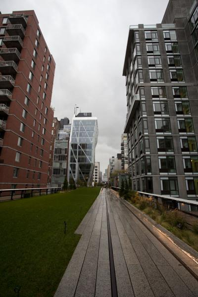 Picture of High Line (U.S.A.): Buildings in Chelsea with the High Line right in between