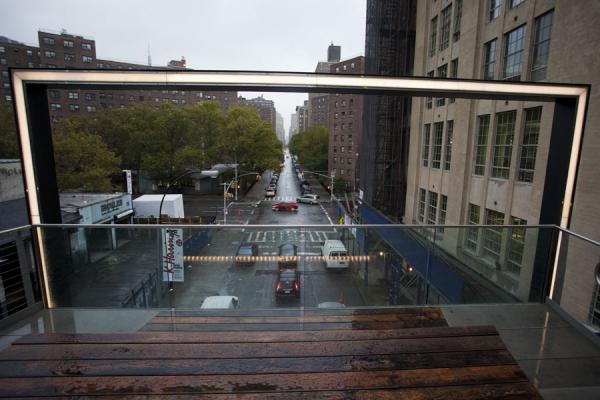 Framed look at the street below, with a bench to watch | High Line | Verenigde Staten