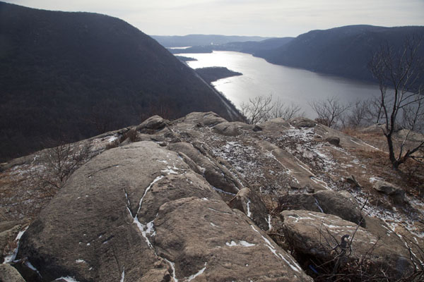Picture of Hudson Highlands (U.S.A.): View over rocks of Breakneck Ridge and the Hudson river