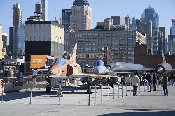 Several fighter jets parked on the fight deck of the Intrepid | Intrepid Sea Air Space Museum | Estados Unidos