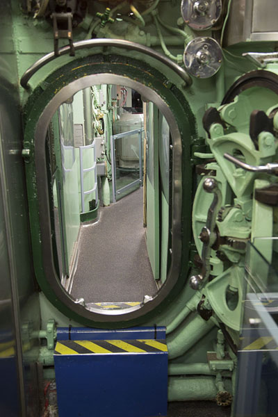 Door inside the Growler submarine | Intrepid Sea Air Space Museum | Stati Uniti