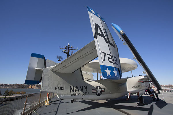 Grumman E-1B Tracer seen from behind | Intrepid Sea Air Space Museum | Stati Uniti