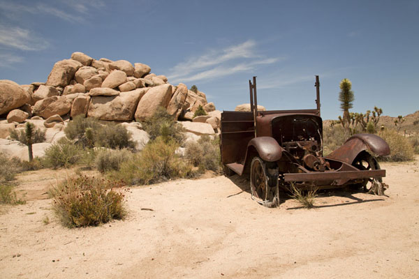 A vehicle rusting away near Wall Street Mill | Joshua Tree National Park | Verenigde Staten
