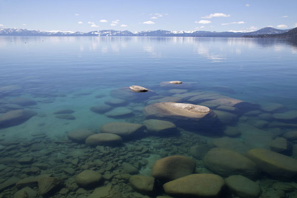 Foto van View over Lake Tahoe with rocksLake Tahoe - Verenigde Staten