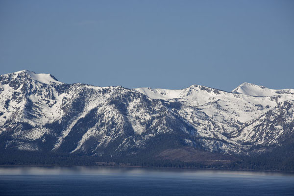 Foto van Snowy mountains looming over Lake Tahoe on the west sideLake Tahoe - Verenigde Staten