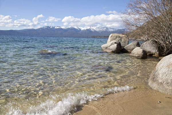 Foto de Waves arriving at Secret beach on east side of Lake Tahoe - Estados Unidos - América