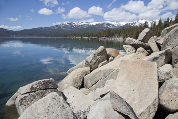 Eastern coastline of Lake Tahoe with boulders - 美国 - 北美洲