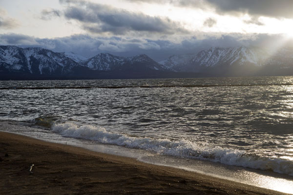 Foto van The beach at South Lake Tahoe just before sunsetLake Tahoe - Verenigde Staten
