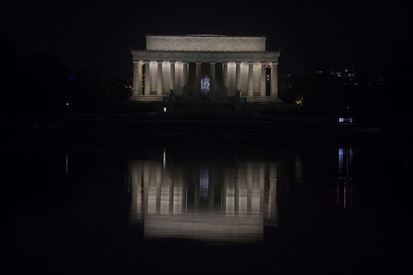 Lincoln Memorial reflected in the Reflecting Pool in the night - 美国
