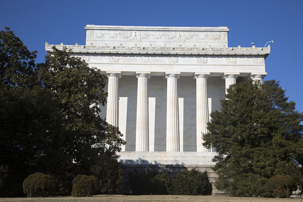 Photo de Lincoln Memorial appearing between treesWashington DC - les Etats-Unis