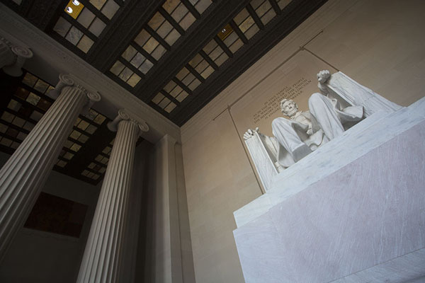Photo de The statue of Lincoln seen from below - les Etats-Unis - Amérique