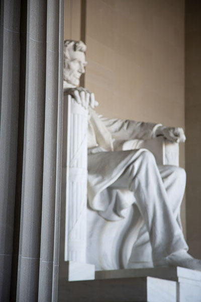Statue of Lincoln seen from the right side | Lincoln Memorial | Stati Uniti