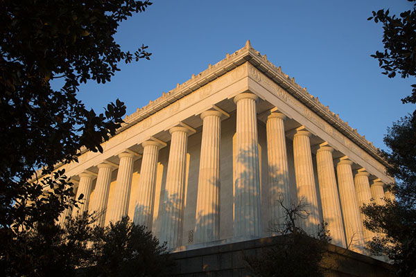 Classic Greek Lincoln Memorial appearing between the trees | Lincoln Memorial | Estados Unidos