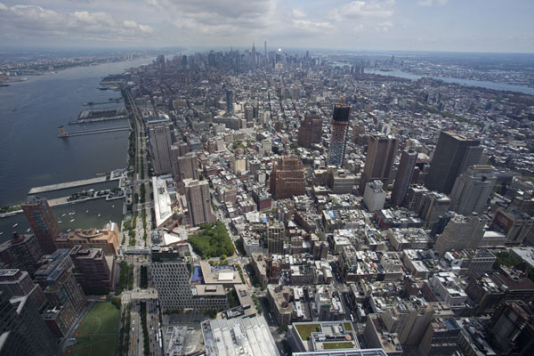 Photo de Looking north over Manhattan with the Hudson river on the leftOne World Trade Center - les Etats-Unis