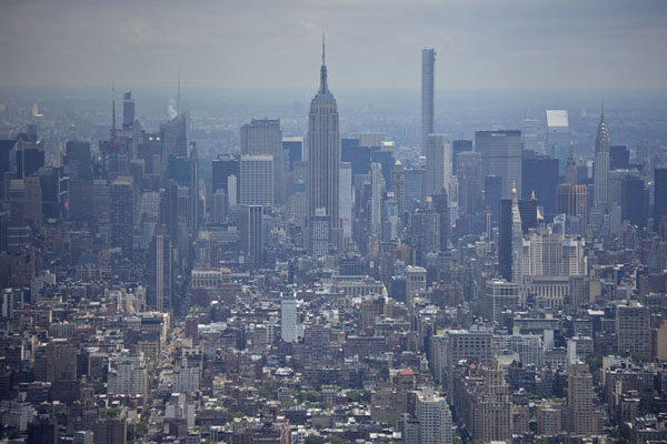 Looking towards the north across Manhattan, with the Empire State, Chrysler, and more landmark buildings - 美国